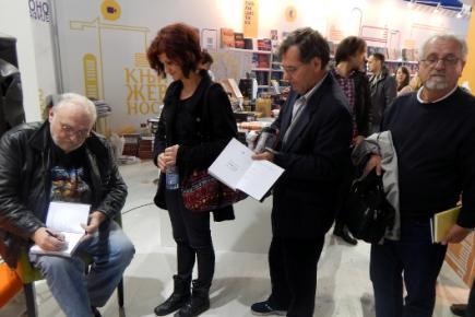 Слободан Шијан потписује примерке своје нове књиге Филмус