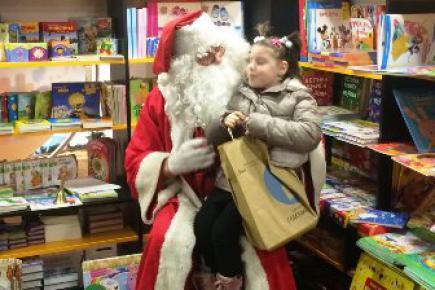 Новогодишње дружење малишана с Деда Мразом у књижари на Теразијама