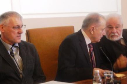 Борисав Челиковић, академик Миро Вуксановић и академик Часлав Оцић